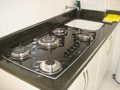 cozinha planejada com fogão embutido